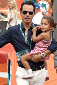 Siempre que su agenda se lo permite, Marc Anthony lleva a sus hijos a disfrutar de su conciertos. En la foto lo vemos con Emme, de cinco años.