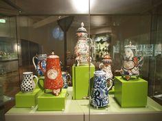Prachtige theepotten in het Keramiekmuseum Leeuwarden.