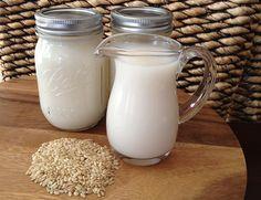 Ao invés de pagar uma fortuna comprando leite de amêndoas, arroz e aveia, que tal aprender a fazer os três?