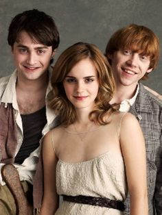 Daniel Radcliffe (Harry Potter) , Rupert grint (Ron Weasley) and Emma Watson (Hermoine Granger). Harry Potter Tumblr, Harry Potter Hermione, Harry Potter World, Hermione Granger, Memes Do Harry Potter, Magia Harry Potter, Fans D'harry Potter, Mundo Harry Potter, Ron And Hermione