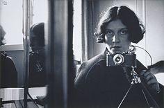 Germaine Krull. Une des photographes les plus connues de l'histoire de la photographie, pour sa participation aux avant-gardes des années 1920-1940, et l'une des femmes-photographes les plus célèbres. La publication de son portfolio Métal en 1928, sa présence à l'exposition «Film und Foto» en 1929 sont les événements le plus souvent rappelés, qui l'inscrivent de fait comme l'une des égéries de la «modernité» photographique.