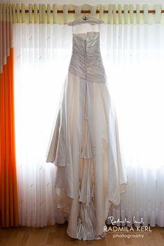 beautiful draped wedding dress from the back by © Radmila Kerl wedding photography munich schönes drapiertes Hochzeitskleid von hinten