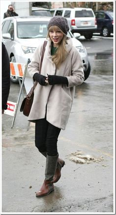 Taylor-Swift-Winter-Outfit-With-Gloves
