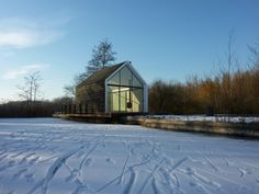 cabaña de madera y vidrio