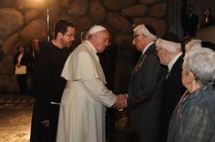 El papa Francisco estrechando la mano del superviviente del Holocausto Joseph Gottdenker. Yad Vashem, 26/05/2014