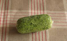 「エスカルゴバター」とはフランスのブルゴーニュ地方名物のエスカルゴ料理に用いるあわせバターのことで、バターにニンニクやパセリなどを加えて作ります。
