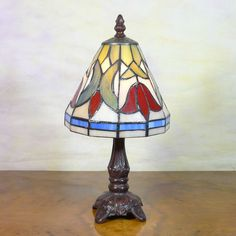 Tiffany - Tulip Light : Reminds me of some of our bedside lamps..the base and finial on this one are quite ornate and beautiful, nice attention to detail.