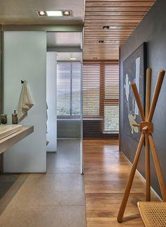 piso de madeira e junção ao piso de cimento queimado no banheiro