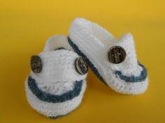 Dockside para bebê, em lã antialérgica Argentina. Feito em crochê. Mede 8cmx3,5cm de solado, serve para recem nascido a 2 meses. Corresponde ao número 14. Favor medir o pezinho do bebê, do dedão ao calcanhar, antes de fazer o pedido.Está na cor branca com azul royal.