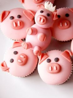 """Pour une fois, autorisons nos enfants à faire les cochons ! Mais uniquement en cuisine ! Découvrez la recette des cupcakes """"cochons"""" à faire avec vos bambins ! Grouin grouin ! http://blog.zoomon.fr/cupcake-cochon-recette/"""