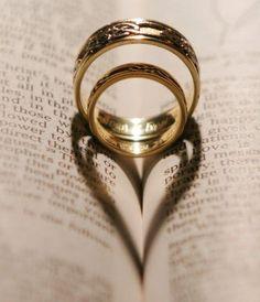 ➡A romantic way to photograph your wedding rings. ➡Eine romantische Weise, seine Eheringe zu fotografieren.