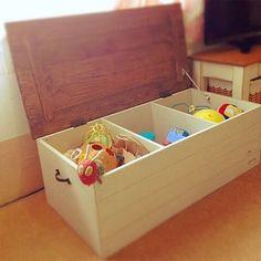 インテリアに馴染む!子どもが片付けやすい!【無印・イケア・DIY ... カラーボックスを横にたおして使うという、なんとも斬新なアイデアです。