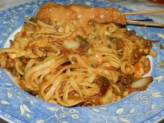 Bami.... heerlijk....     Thuis aten we dit geregeld, naar recept van een tante. Alleen was het naar onze smaak te flauw, dus mijn moed... Bami Recipe, Other Recipes, Great Recipes, Suriname Food, Asian Recipes, Ethnic Recipes, Exotic Food, Happy Foods, International Recipes