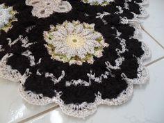 Tapete beira de cama de barbante em crochê, de flores, em motivos contínuos, confeccionado com barbante barroco e barroco soft + linha rayontex luxo brilho.  Medidas: 1.00mx0.50cm