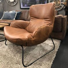 Fauteuil Leya in Vintage Leder Cognac met Croco back Sofa Chair, Armchair, Condo Interior, Dark Interiors, Vintage Room, Rooms Home Decor, Mid Century Furniture, Modern Interior Design, Recliner