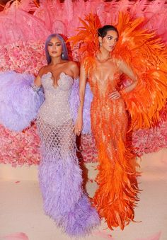 Kendall Jenner and Kylie Jenner ensured all eyes were on them when they arrived on the Met Gala red-carpet wearing two incredibly bright . Kylie Jenner Met Gala, Kily Jenner, Trajes Kylie Jenner, Looks Kylie Jenner, Kylie Jenner Style, Kendall Jenner Outfits, Kendall And Kylie Jenner, Kendall Jenner Halloween, Kendall Jenner Wallpaper