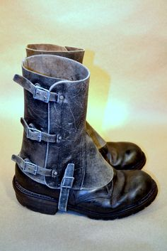 No more burnt shoe laces SALE Mens leather spats 05 boots not included (Free… Steampunk Cosplay, Steampunk Clothing, Steampunk Fashion, Vintage Leather, Leather Men, Distressed Leather, Steampunk Accessoires, Over Boots, Men Boots
