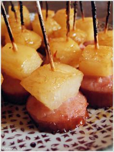Glazed Pineapple Kielbasa Bites ~ They are incredibly quick to put together and bake. People grabbed them faster than I could plate them! Recettes de cuisine Gâteaux et desserts Cuisine et boissons Cookies et biscuits Cooking recipes Dessert recipes Finger Food Appetizers, Yummy Appetizers, Appetizers For Party, Appetizer Recipes, Thanksgiving Appetizers, Kielbasa Appetizer, Hawaiian Appetizers, Christmas Eve Appetizers, Christmas Party Food
