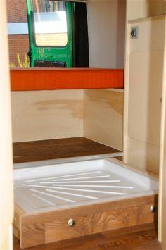 Nog zo'n slim truukje. Een douchebak die onzichtbaar is weggewerkt, maar alleen tevoorschijn komt als het echt nodig is. Handig!
