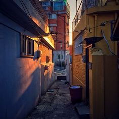 sarafa / #20131220 #iphone5s #seoul #yongsan #itaewon #alley #light #서울 #이태원 #빛… Fantasy Landscape, Urban Landscape, Old Street, Street Art, Victoria City, Emotional Photography, Building Sketch, Animation Background, Environmental Art