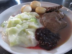 Bankekjøtt i brun saus m/ kålstuing Tid: Jo lenger tid jo bedre! Du trenger til 4 pers: Ca 20... Mashed Potatoes, Beef, Ethnic Recipes, Food, Blogging, Whipped Potatoes, Meat, Essen, Ox