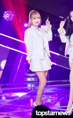 27일 서울시 마포구 상암동 프리즘 타워에서 열린 SBS MTV '더 쇼:올어바웃 K팝(The Show:All About K POP)'(이하 '더 쇼')에티아라(T-ARA)가출연했다.   티아라(T-ARA)큐리가화려한 무대를 선보이고있다.