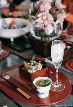 OJIGI TOKYO。13.0両面膳 オーバル レッド Japanese Table, Japanese Food, Japanese Theme Parties, Vintage Table Decorations, Style Me Pretty Living, Birthday Dinners, Afternoon Tea, Table Settings, Catering