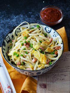 Bami van de Chinees heeft voor mij echt een specifieke smaak. Zodra je het proeft weet je het meteen. In Nederland zijn wat wij 'Chinese restaurants' noemen vaak een combinatie van Chinees en Indonesisch en dan ook nog eens aangepast op Nederland. Volgens mij is iedereen het er over eens dat deze bami variant vooral een authentiek Nederlands recept is! Spaghetti, Pasta, Ethnic Recipes, Food, Indian, Everything, Essen, Meals, Yemek