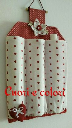 Billedresultat for porta rotoli tessuti na pečiaci papier Decorative and functional as well. Small Sewing Projects, Sewing Hacks, Diy Projects, Fabric Crafts, Sewing Crafts, Diy Para A Casa, Clothespin Bag, Sewing Patterns, Crochet Patterns