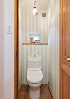 『かわいい家photo』では、かわいい家づくりの参考になる☆ナチュラル、フレンチ、カフェ風なおうちの実例写真を紹介しています。 Small Toilet Room, Powder Room, House Plans, Bathroom, Storage, Interior, Inspiration, Furniture, Home Decor