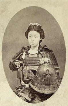 Una fotografía del vintage raro de una onna-bugeisha. An-bugeisha onna (女 武 芸 者?) Era un tipo de mujer guerrera que pertenece a la clase alta japonesa. Muchas esposas, viudas, hijas y rebeldes respondieron al llamado del deber de participar en la batalla, habitualmente junto a los hombres samurai. Eran miembros de la (samurai) clase bushi en el Japón feudal y fueron capacitados en el uso de las armas para proteger su hogar, la familia y el honor en tiempo de guerra.