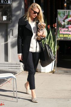Amber Heard. Una elección rockera para un look sencillo y femenino que dota al conjunto de mucha personalidad y savoir faire.