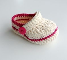 This Pin was discovered by Rac Knit Baby Shoes, Crochet Baby Boots, Crochet Baby Sandals, Crochet Baby Clothes, Crochet For Boys, Crochet Shoes, Crochet Slippers, Love Crochet, Baby Booties
