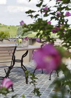 VINCENT Terrasse mit Ausblick in die Weinberge // VINCENT terrace with view into the vineyards Outdoor Furniture, Outdoor Decor, Vineyard, Wellness, Park, Holiday, Home Decor, Patio, Vine Yard