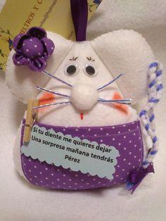 RATONCITA PEREZ GUARDADIENTES LUNARES LILAS Cat Crafts, Crafts To Make, Wet Felting, Needle Felting, Felt Fairy, Felt Mouse, Toy Craft, Tooth Fairy, Knit Crochet