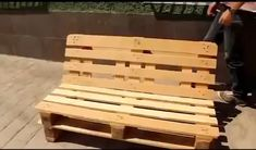 Home Decoration: Step by Step Pallet Furniture – Home Design - Diy Furniture Pallet Furniture Step By Step, Pallet Garden Furniture, Diy Outdoor Furniture, Furniture Decor, Palette Furniture, Furniture Plans, Pallets Garden, Furniture Dolly, Furniture Market