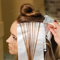 Highlighting With Ultra Hi-Lifts Preserving the integrity of your client's hair is always priority n Blonde Foils, Hair Foils, Hair Color Balayage, Cap Highlights, Colored Highlights, Highlights At Home, Highlighting Hair At Home, Easy Messy Hairstyles, Bleaching Hair At Home