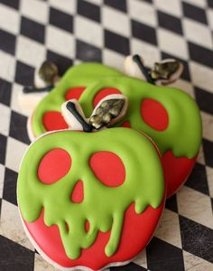 Deadly and glam/goth poison apple sugar cookies by AngelicaMadeMe. These Snow White inspired sweets are perfect for Halloween. Deadly and glam/goth poison apple sugar cookies by AngelicaMadeMe. These Snow White inspired sweets are perfect for Halloween. Halloween Desserts, Comida De Halloween Ideas, Pasteles Halloween, Cute Halloween Treats, Halloween Cookie Recipes, Halloween Sugar Cookies, Halloween Food For Party, Halloween Halloween, Halloween Cookies Decorated