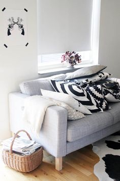 Use masking tape to stick pictures to the wall - black and white pillows with different patterns