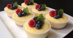 Mini cheesecakes s citronovým krémem Small Desserts, Just Desserts, Dessert Recipes, Mini Cheescake, Low Carb Brasil, Salty Cake, Mini Muffins, Recipes From Heaven, Savoury Cake