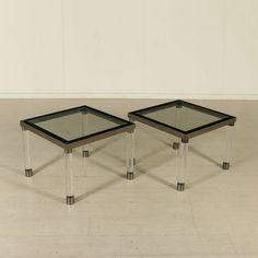 Coppia di tavolini vintage anni 80 con gambe in plexiglas, piano in vetro e ottone cromato.
