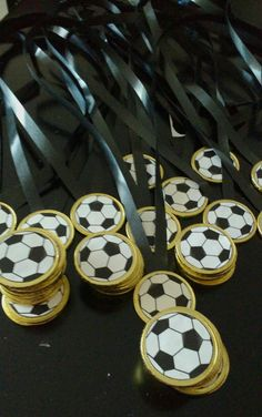 fussball medaillen vielen dank fur diese tolle idee fur unsere nachste fussball party dein balloonas com delivers online tools that help you to stay in control of your personal information and protect your online privacy. Soccer Party Favors, Soccer Birthday Parties, Football Birthday, Soccer Baby Showers, Soccer Treats, Barcelona Party, Anniversaire Harry Potter, Start The Party, Sports Party