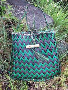 I really love the two main colors and this is a aramoana design. The colors stands out Flax Weaving, Paper Weaving, Basket Weaving, Woven Baskets, Maori Patterns, Flax Flowers, Flax Fiber, Maori Designs, Maori Art