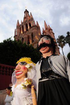 """Las tradicionales mojigangas para las callejoneadas de San Miguel de Allende./ The traditional """"Callejoneada"""" with """"Mojigangas"""" in San Miguel Allende"""