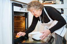 Kvinde rengører sin ovn