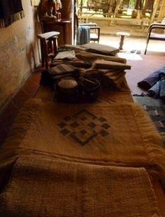 お洒落な ローシルク (上矢印)  ★ラオス北部の職人村で出会ったインテリアにばっちりなローシルクです。  ローシルクとは? 「繭から繰りとり精製しないままの素朴な絹のことをいいます。」 ※ランチョンマットとしてお使いいただくのもいいですが、当方のオススメは  (額縁などに入れて壁などにお飾りいただく) です。 シンプルでいて存在感が強いナチュラルでお洒落な商品です。