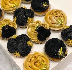 Learn to make the perfect gold buttercream frosting - The Taylor Made Way. Buttercream Cupcakes, Cupcake Frosting, Cupcake Cakes, Black Cupcakes, Elegant Cupcakes, Frosting Recipes, Cake Recipes, Black And Gold Cake, Black Gold