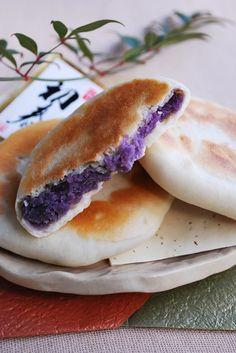 紫芋あん入り、こんがり焼いた素朴なおやき。