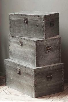 Z-Set of 3 Wood Trunk Boxes Covered in Distressed Metal Sheeting Wooden Trunks, Old Trunks, Vintage Trunks, Trunks And Chests, Vintage Box, Antique Trunks, Vintage Crates, Diy Kit, Old Suitcases