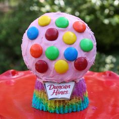 It's a Bubble Gum Machine! It's a Tie Dyed cupcake!!! It's Both!! What an amazing combination! The delicious taste of Duncan Hines Bubble Gum Frosting with Duncan Hines French Vanilla cupcakes are a winning combination at any party! Easy and fun to make with the kids! Thanks, Duncan Hines, for putting the fun back into cupcakes!!!